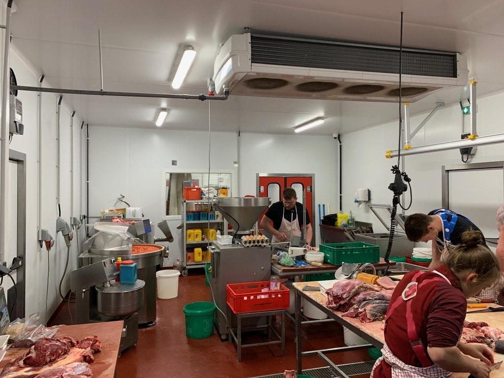 bouchers préparent viandes