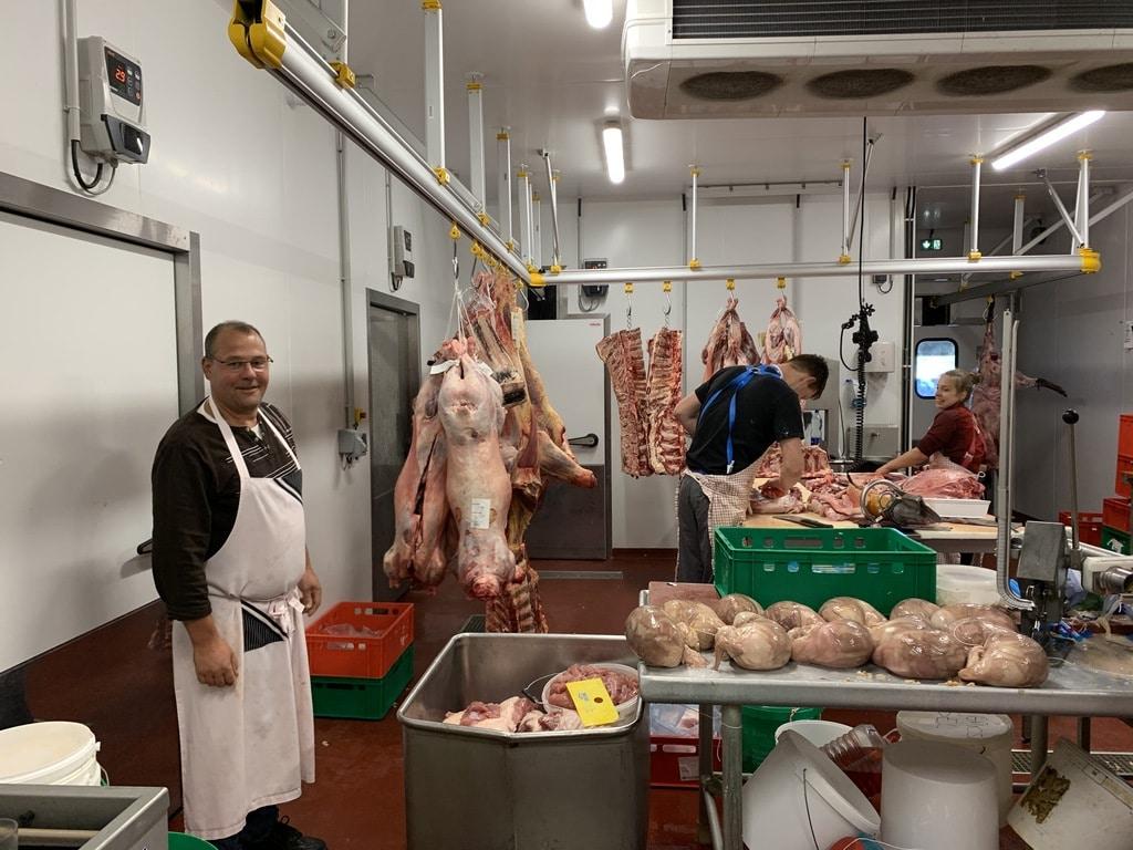 bouchers préparent viande