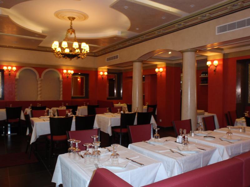 salle restaurant rouge