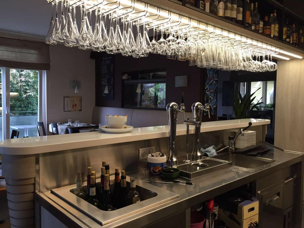 bar avec verres suspendus